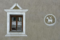 Fenster und Sgraffito am Pfarrhaus Scuol