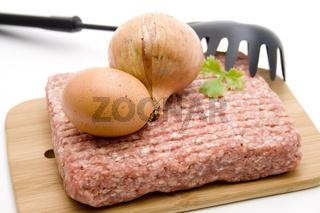 Hackfleisch mit Ei und Zwiebel
