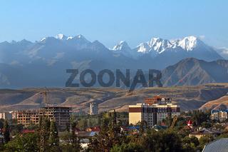 Bischkek vor dem Alatau-Gebirge, Kirgisistan