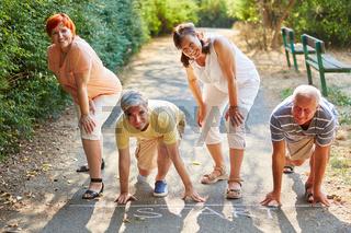 Gruppe Senioren bei Wettlauf am Start