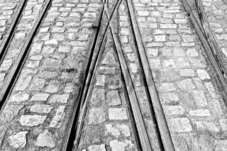 Bahngleise die sich kreuzen schwarz-weiss