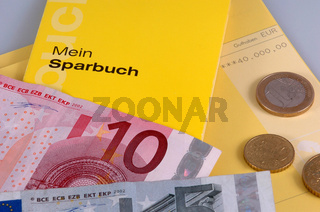 Sparbücher mit Eurobanknoten und Euromünzen