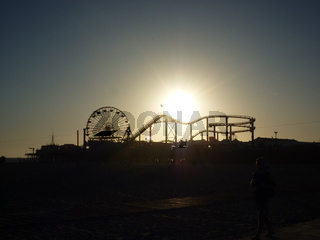 Sonne geht hinter dem Santa Monica Pier unter