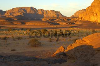Weites Trockental mit Nomaden und ihren Kamelen Akakus-Gebirge