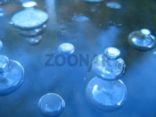 Luftblasen in gefrorenem Gartenteich