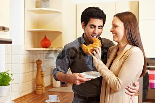Frau teilt Croissant mit Mann
