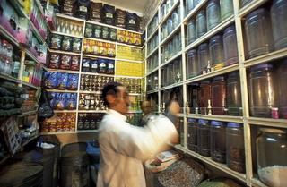 Ein Gewuerzladen in einer  Gasse im Souq und Markt in der Medina und Altstadt von Marrakesch in Marokko in Nordafrika.