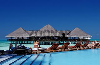 Pool und Strandbar auf Malediveninsel