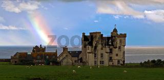 Schloss mit Schafen und Regenbogen