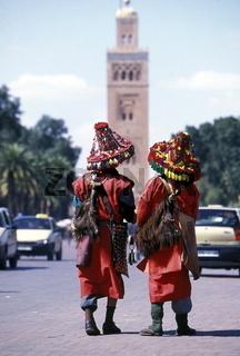 Die Wassertraeger und traditionellen Gaukler  auf dem Jemaa el Fna Platz in der Medina und Altstadt von Marrakesch in Marokko in Nordafrika.