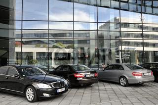Glasfront am Hauptsitz der Landesbank Baden-Württemberg und Sparkassenverband, davor Dienstwagen,  Stuttgart, Baden-Württemberg, Deutschland, Europa