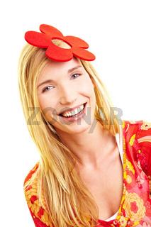 Frau mit Kunstblume im Haar
