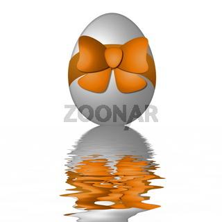 Osterei mit Scheife spiegelt sich im Wasser