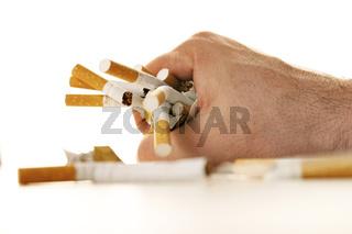 Gebrochene Zigaretten in einer Hand - broken cigarettes in a hand