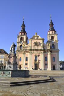 Marktplatz mit Ludwigssaeule und Kirche