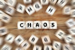 Chaos chaotisch Durcheinander Unordnung Büro Schreibtisch Würfel Business Konzept