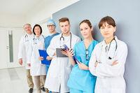 Selbstbewusstes Ärzteteam im Flur der Klinik