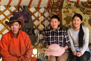 Junger Mann und zwei junge Frauen in einer Jurte, Region Erdenet, Mongolei