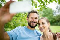 Glückliches Paar macht ein Selfie