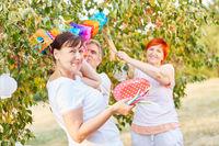 Gruppe Senioren dekorieren für Geburtstagsfeier