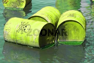 Giftfässer im Wasser