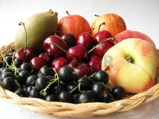Obstkorb mit Sommerobst