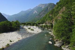 Naturnaher Flusslauf, Maggiatal, Tessin, Schweiz