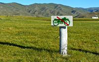 Orchon-Tal, Mongolei / Hand-made sign banning motor-cycles in the Mongolian steppe, Mongolis