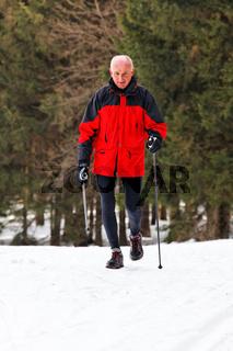Senior beim Nordic Walken im Winter