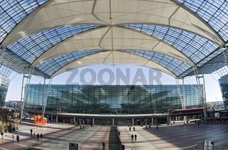 Dachkonstruktion am Franz Joseph Strauss Flughafen in München zwischen Terminal 1 und 2