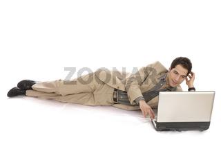Geschäftsmann liegend mit Laptop