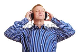 Mann entspannt bei Musik