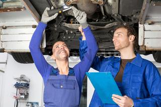 Zwei Mechaniker reparieren ein Auto