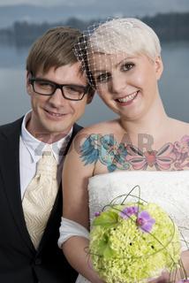 Tätowierte Braut mit Bräutigem