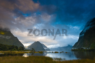 Bewölkter Morgen am Milford Sound in Neuseeland