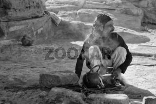 Araber kocht Tee am Lagerfeuer, Petra, Jordanien