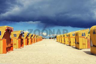 Strandkörbe und dunkle Wolken