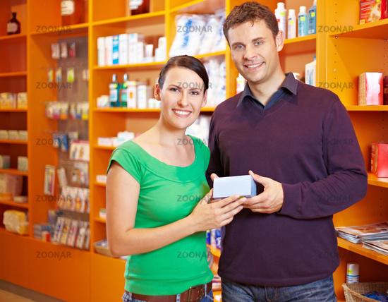 Paar beim Shopping in Apotheke