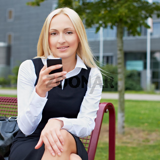 Attraktive Geschäftsfrau mit Smartphone