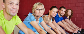 Gruppe im Fitnesscenter im Panormaformat