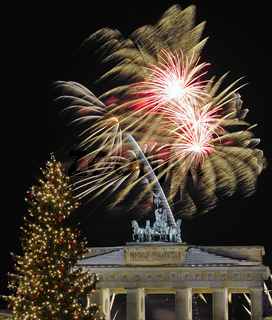 Quadriga auf dem Brandenburger Tor , mit Weihnachtsbaum, Silvesterfeuerwerk, Berlin, Deutschland, Europa, Composing