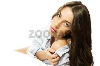 schöne frau in schlafanzug zeigt ihre schulter