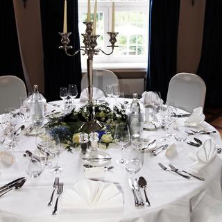 Elegant und festlich geschmückter Tisch -