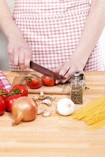 nahaufnahme beim tomatenschneiden
