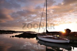 Yacht im kleinen Hafen von Coromandel