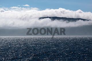 Meeresküste in Wolken