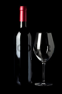 Flasche Rotwein und ein Weinglas