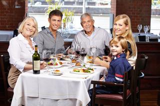 Portrait einer Familie im Restaurant