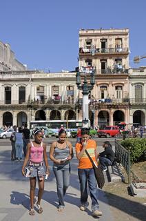 einheimische Kinder in Altstadt von Havanna