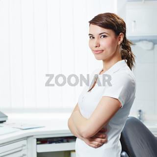 Portrait einer Zahnarzthelferin beim Zahnarzt